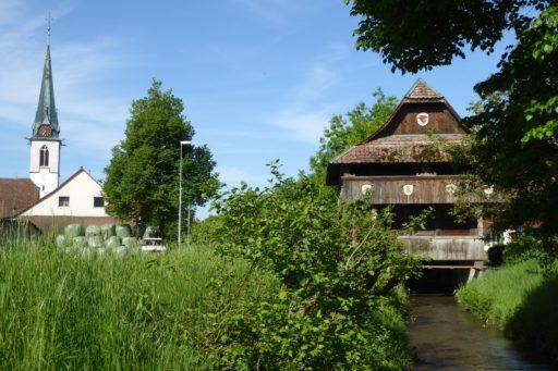 Spycher mit Pfarrkirche Neuendorf SO