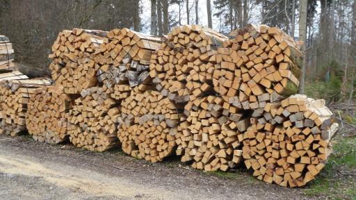 Maschinell gerüstetes Brennholz