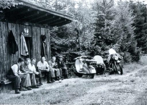 Waldarbeiter bei einer Pause vor der Waldhütte im äusseren Wald