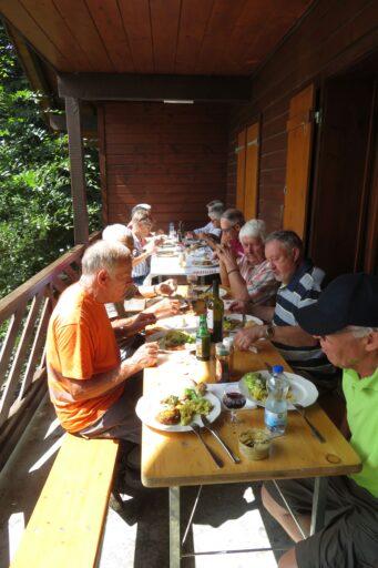 Arbeit macht Hunger! Die Chramper/innen beim gemütlichen Essen im Brünneliwaldhaus